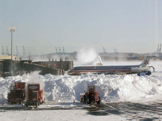 Aerodrom pod snijegom - Foto: arhiv