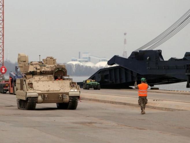 """Američki tenkovi za """"odvraćanje"""" Rusije (foto: www.sputniknews.com) -"""