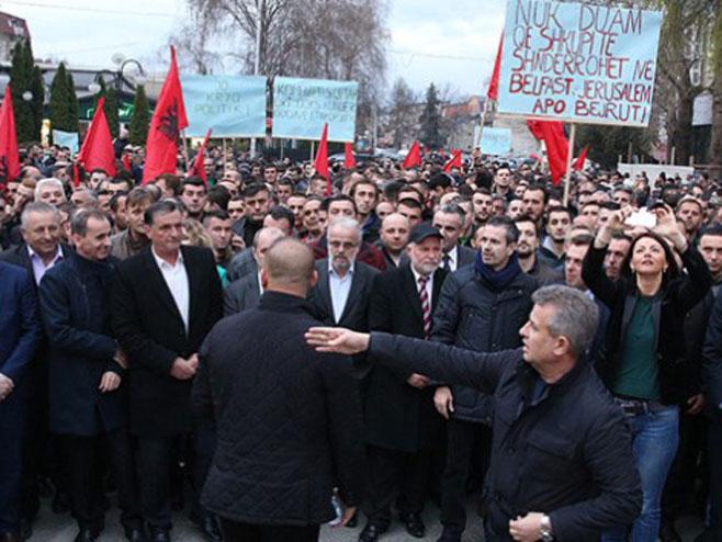 Skoplje- Protest Albanaca zbog podizanja krsta (Foto: telegraf.mk) -