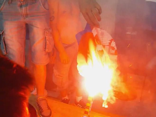 Knin - paljenje Srpske zastave - Foto: RTRS