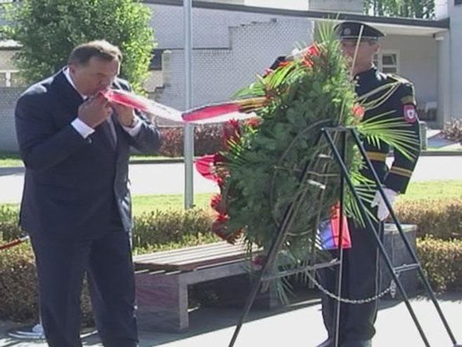 Predsjednik Dodik položio vijenac na spomenik Milanu Јeliću - Foto: RTRS