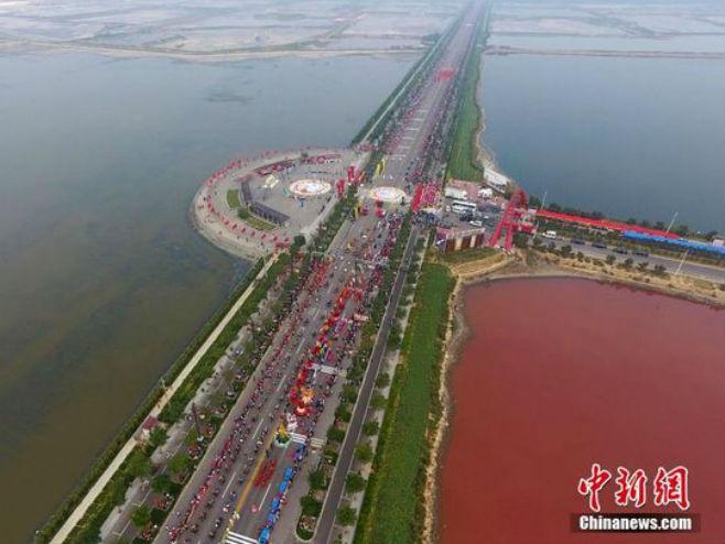 Slano jezero Јunčeng postalo crveno - Foto: Screenshot