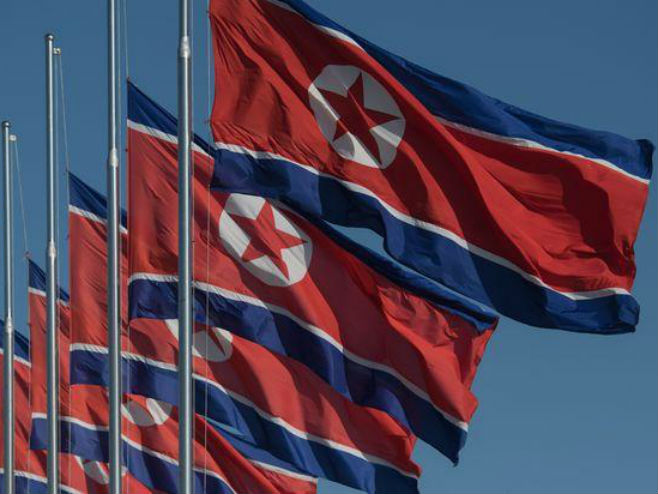 Sjevernokorejske zastave na pola koplja - Foto: AFP