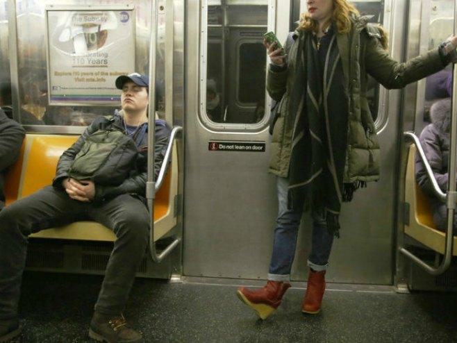 """Kampanja protiv """"širenja"""" muškaraca po prevozu - Foto: RTS"""