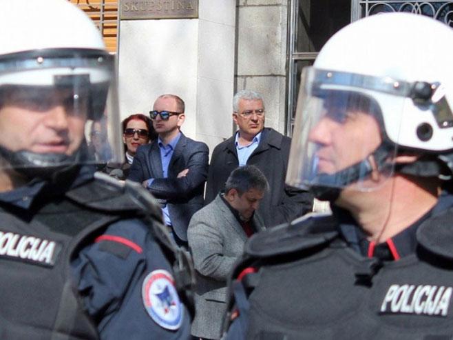 Ukinut imunitet Mandiću i Kneževiću, DF se okupio ispred parlamenta - Foto: nezavisne novine