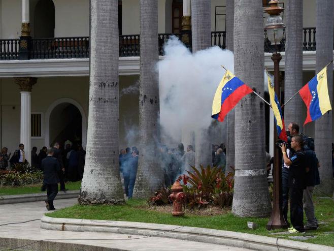 Pristalice predsjednika Venecuele Nikolasa Madura provalile u parlament - Foto: Getty Images