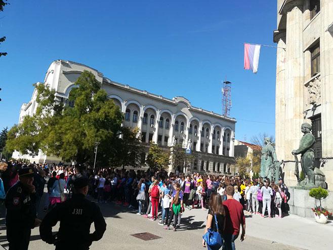 Doček odbojkašica ispred Palate - Foto: RTRS