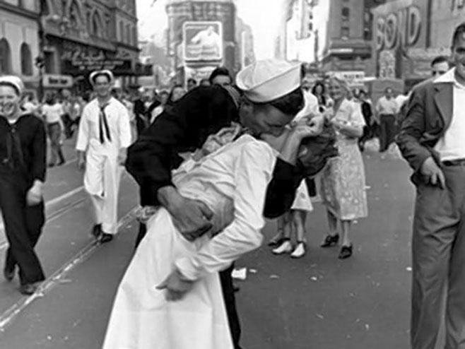 Na čuvenoj fotografiji Alfreda Ajzenstata prikazan je američki mornar koji ljubi medicinsku sestru - Foto: ilustracija
