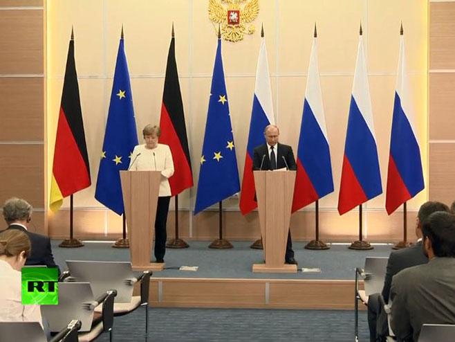 Angela Merkel i Vladimir Putin (Foto: www.rt.com) -