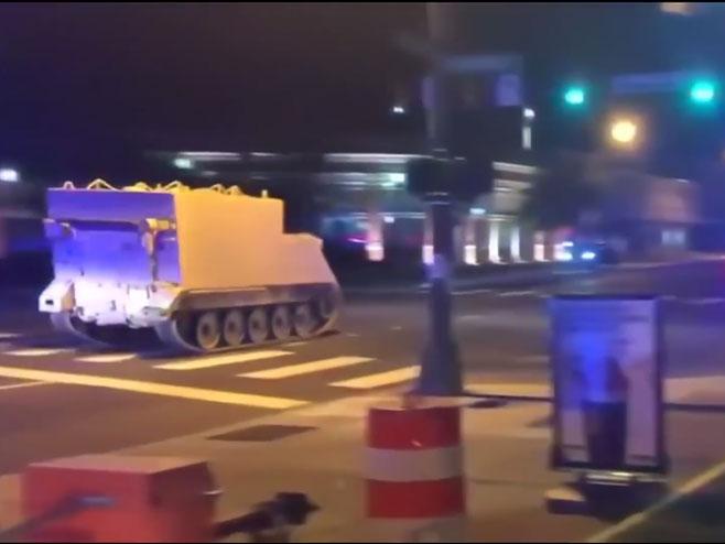 Oklopno vozilo juri ulicama Virdžinije (foto: youtube.com / Guardian News) -