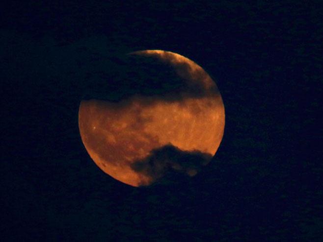 """""""Krvavi Mesec"""" iznad Tel Aviva - Foto: TANЈUG"""