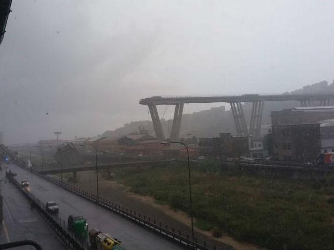 Srušio se saobraćajni most u Đenovi (Foto:  Twitter) -