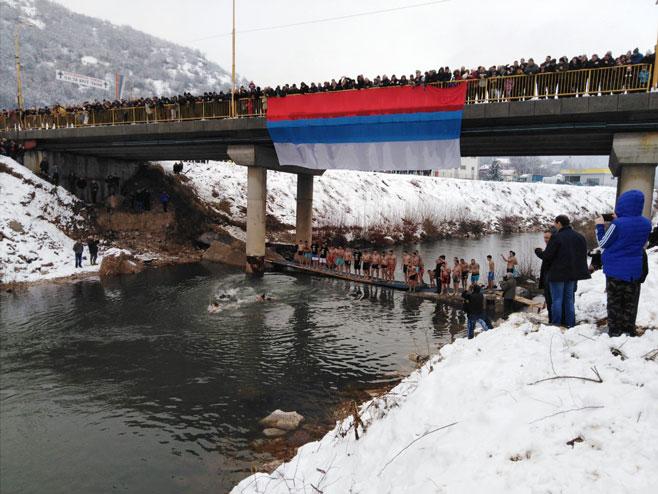 Plivanje za Časni krst na Željeznici - Vojkovići, Istočna Ilidža - Foto: RTRS