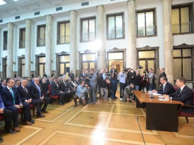 Aleksandar Vučić sa Srbima sa Kosova i Metohije - Foto: RTS