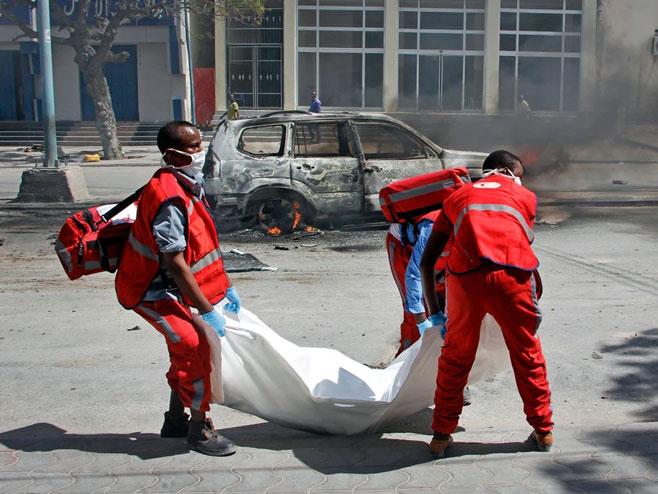 Radnici hitne pomoći nose tijelo nastradalog u eksploziji, Somalija -