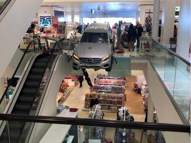 Automobil uletio u šoping centar (Foto:@NOVATVMEDIAS) - Foto: Twitter