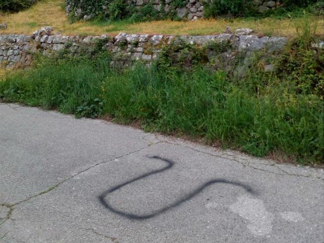 Ustaški grafiti u srpskom selu Dvrsnica, Ravno - Foto: RTRS