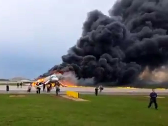 Zapalio se putnički avion SSJ-100 (foto: twitter.com/ WildWildMoscow / snimak ekrana) -
