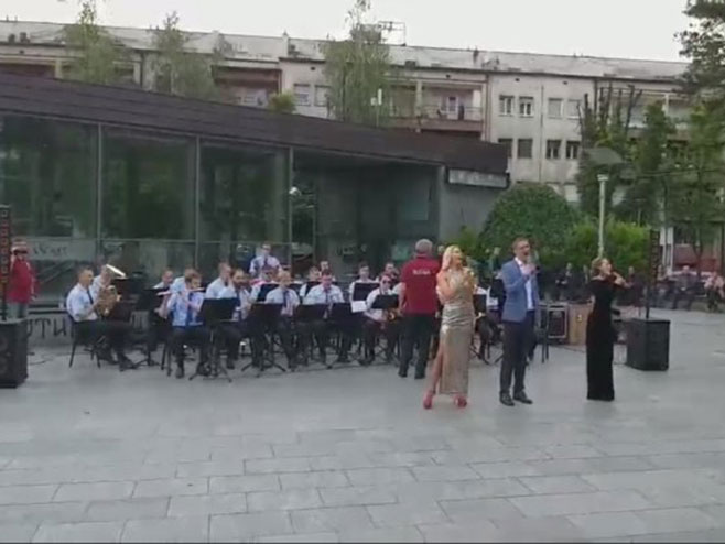 "Rusi zapjevali u parku Petar Kočić ""Pukni zoro"" - Foto: Screenshot"