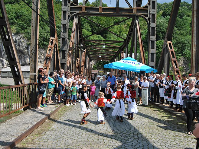 Zvornik: Susret na mostu - Foto: SRNA
