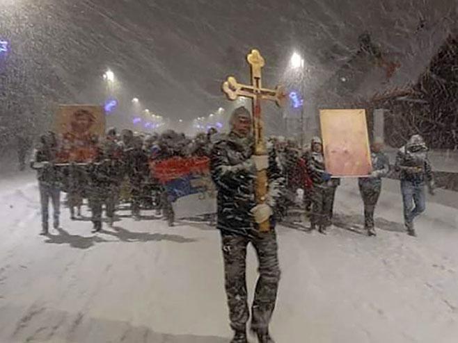 Isak Simićević na čelu litija u Žabljaku (Foto: Sputnjik/Crkvena opština Žabljak) -