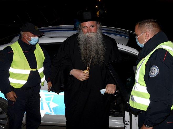 Policija privodi episkopa Joanikija(Foto: Luka Zeković) -