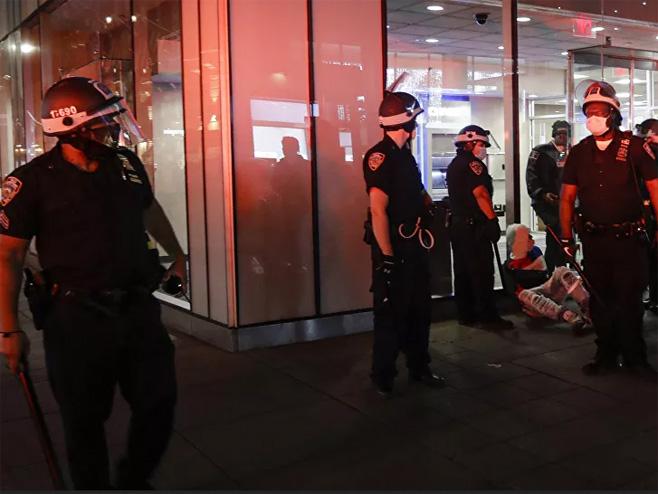Napad na policiju u više američkih gradova (foto:AP/Seth Wenig( -