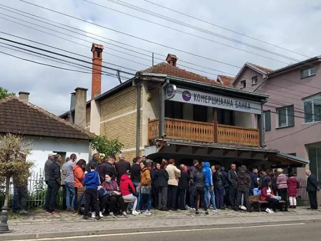 Red ispred Komercijalne banke u Gračanici (foto: Živojin Rakočević) -