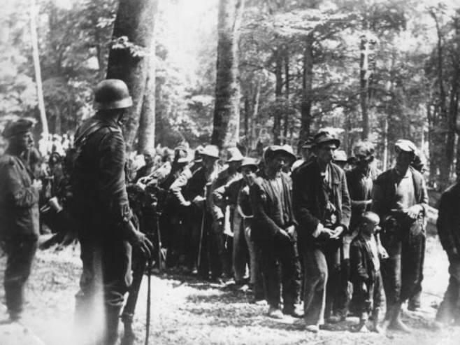 Zbjeg srpskih civila sa Kozare (Foto: antifasisticki-vjesnik.org/Arhiv) -