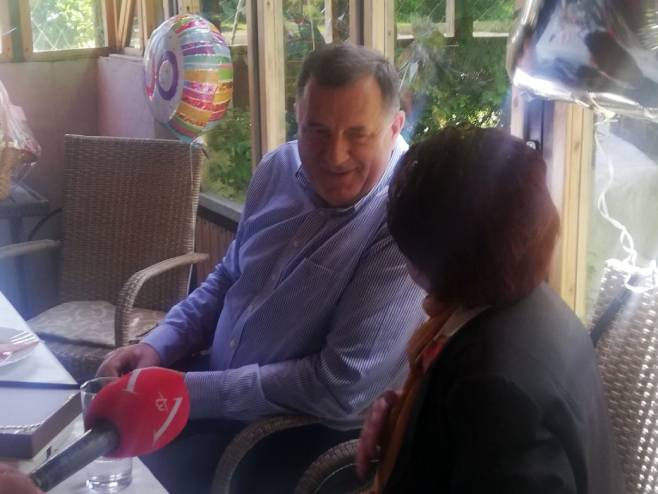 Milorad Dodik sa slavljenicom - Foto: RTRS