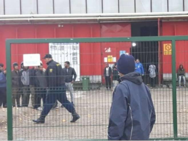 "Policija u migrantskom kampu ""Bira"", Foto: Facebook -"