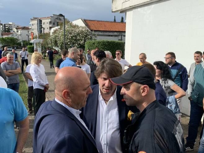 Carević, Radović i Kovačević ispred zgrade Opštine (foto: Vuk Lajović) -