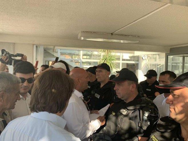 Carević, Radović i policija ispred zgrade Opštine Budva (Foto: Vuk Lajović / vijesti.me) -