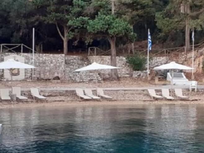 Ležaljke i suncobrani na obali Plave grobnice - Foto: RTRS
