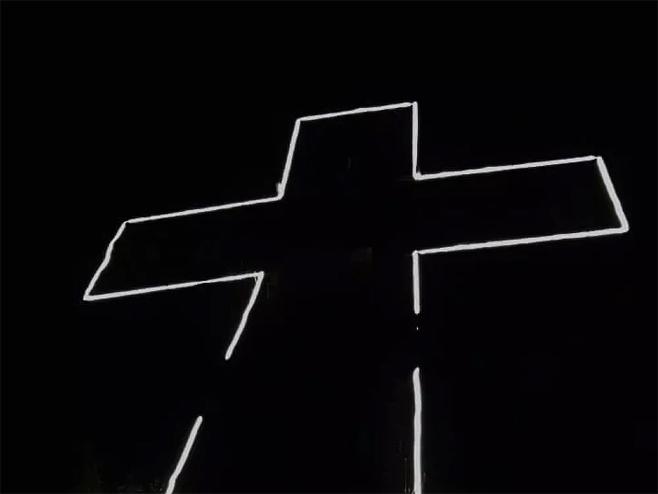 Osvijetljen krst na brdu iznad Podgorice (foto:Fejsbuk/Stranica Kuči/Ustupljeno Sputnjiku) -