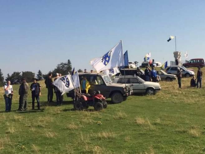 Bošnjaci sa ratnim zastavama - Foto: RTRS
