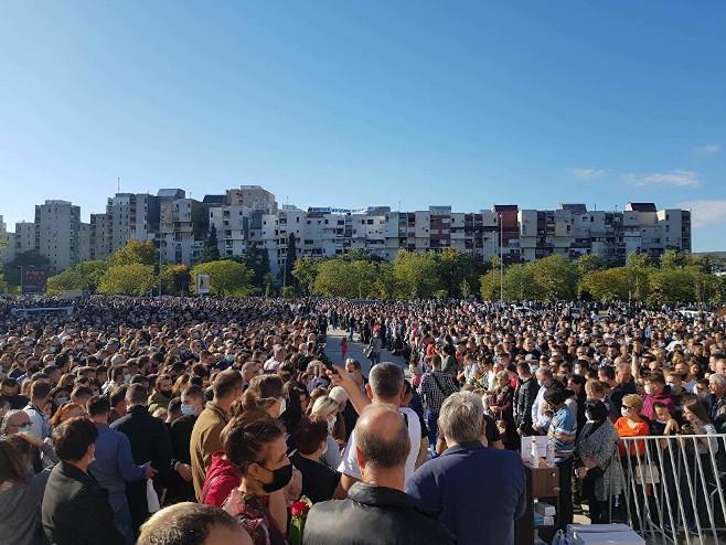 Podgorica: Vjernici dočekuju kovčeg upokojenog mitropolita (Foto:SPUTNIK / NEBOЈŠA POPOVIĆ) -