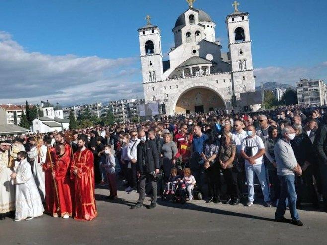 Vjernici ispred Hrama Hristovog vaskrsenja u Podgorici - Foto: SRNA
