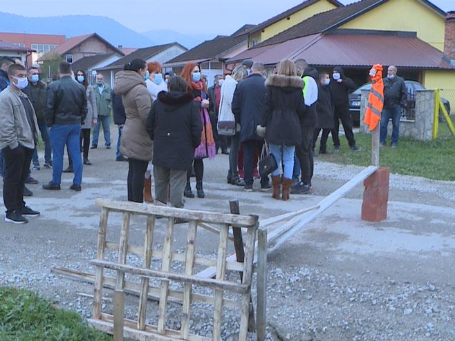Protest Mjestana Naselja Bare Kod Kotor Varosa Video Firma odbila dati podatke o uposlenicima koji su trebali ići u kućnu izolaciju. protest mjestana naselja bare kod kotor