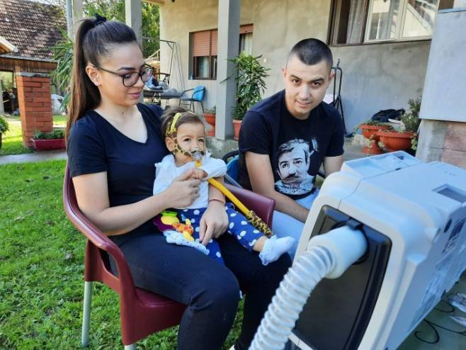 Djevojčica Minja Matić i njeni roditelji (Foto: glassumadije.rs) -