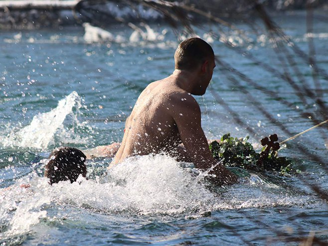 Plivanje za Časni krst - Foto: RTRS