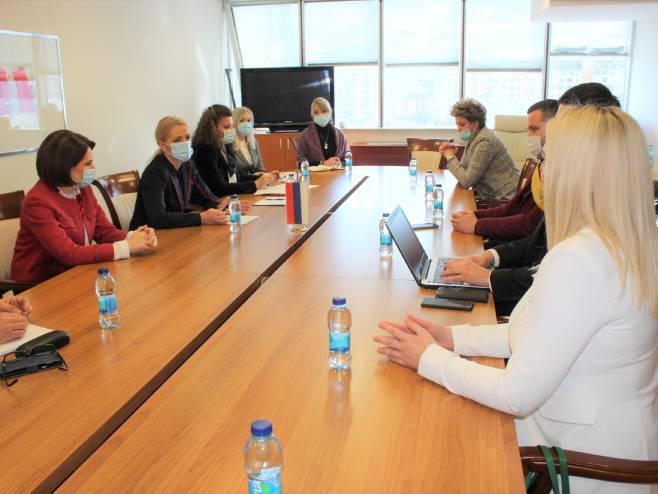 Trivić i Gašić sa predstavnicima turističkih agencija - Foto: RTRS