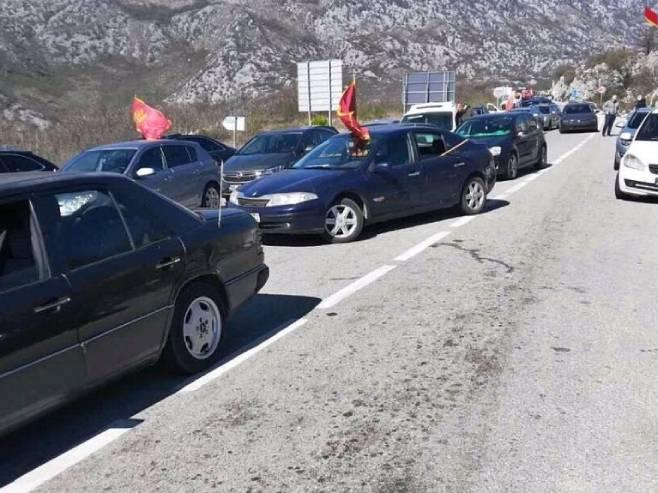Kolona zaustavljena na Bogetićima (Foto: RTCG) -