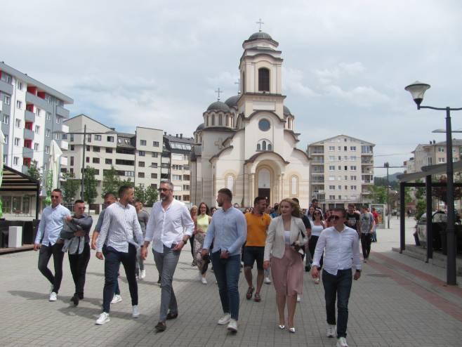 Rajčević sa studentima prošetao Palama - Foto: SRNA