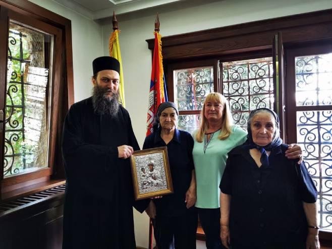 Iguman Metodije sa majkama sa Kosova (Foto: Fondacija Zadužbina Svetog manastira Hilandara) -